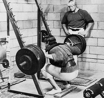 http://zigsports.files.wordpress.com/2013/01/arnold-squatting-2.jpg